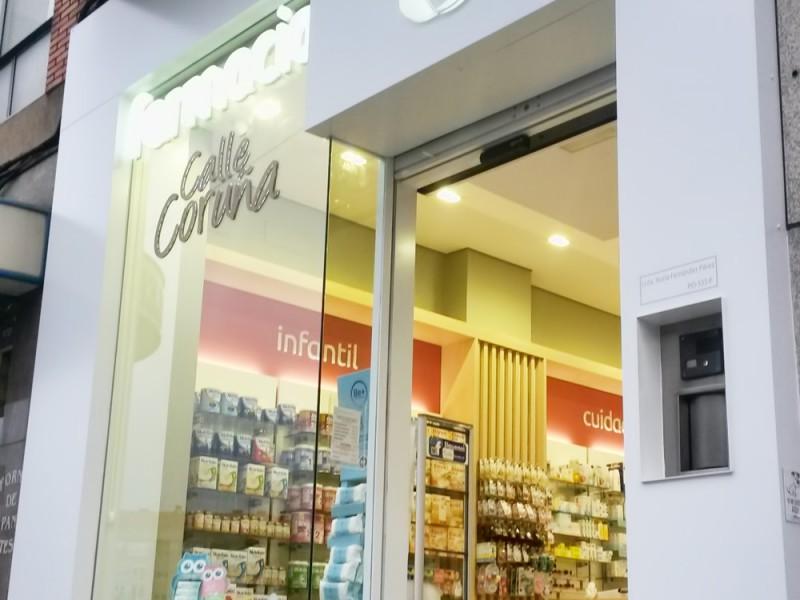 fachada de la farmacia en claro