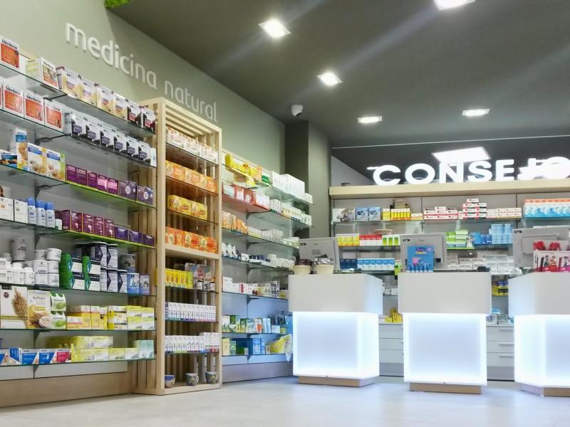 Interior de la farmacia con los mostradores