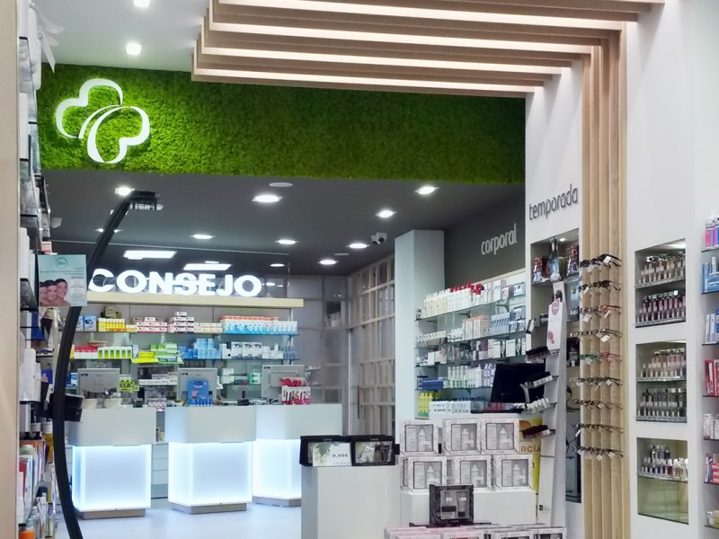 Interior de la farmacia con cajoneras y estanterias