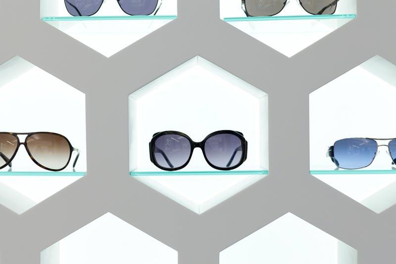 Detalle expositor gafas Óptica Lancis