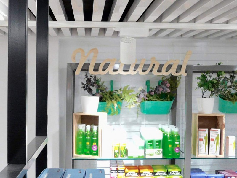 Expositor y mobiliario farmacia Mateu