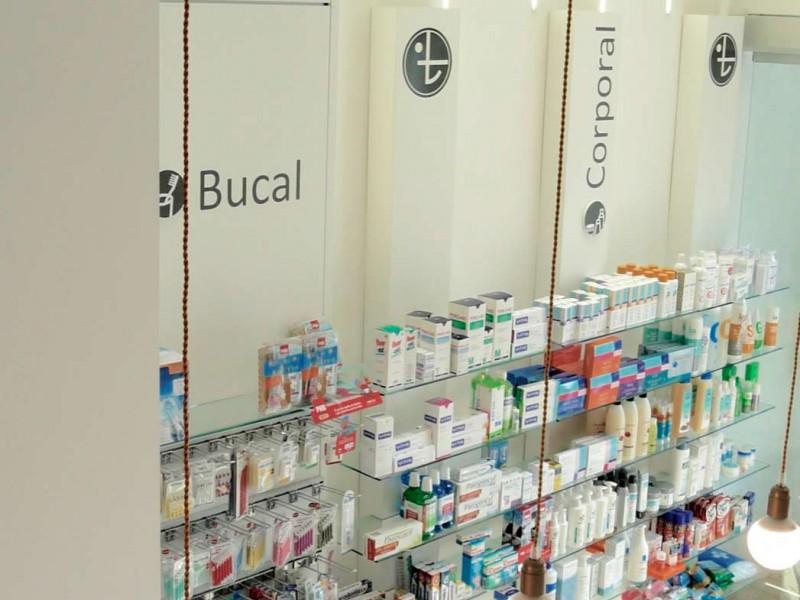 Expositores desde arriba Farmacia Gómez Taylor