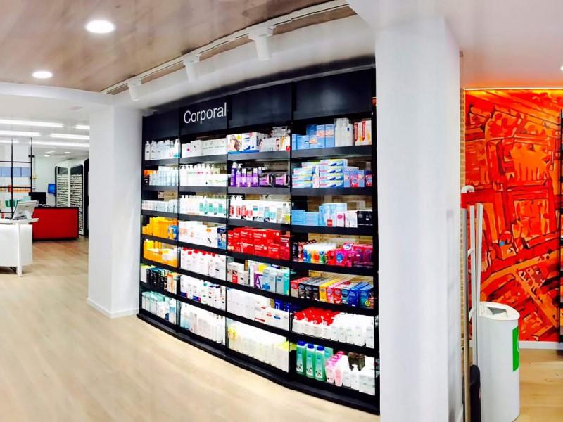 Interior y mobiliario farmacia Mateu