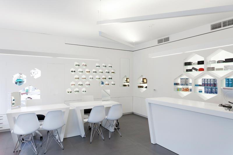 Interior de Óptica Lancis con mostradores y expositores