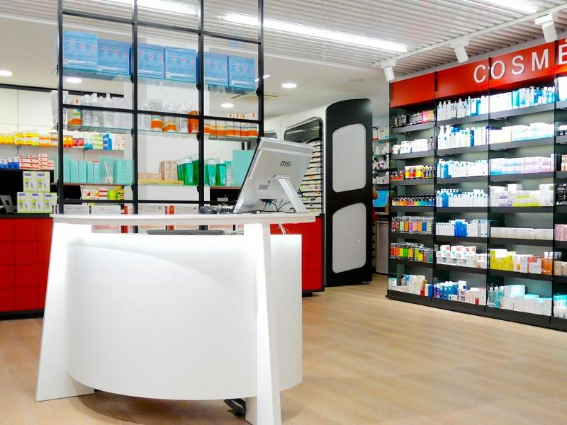 Mostrador y expositores farmacia Mateu