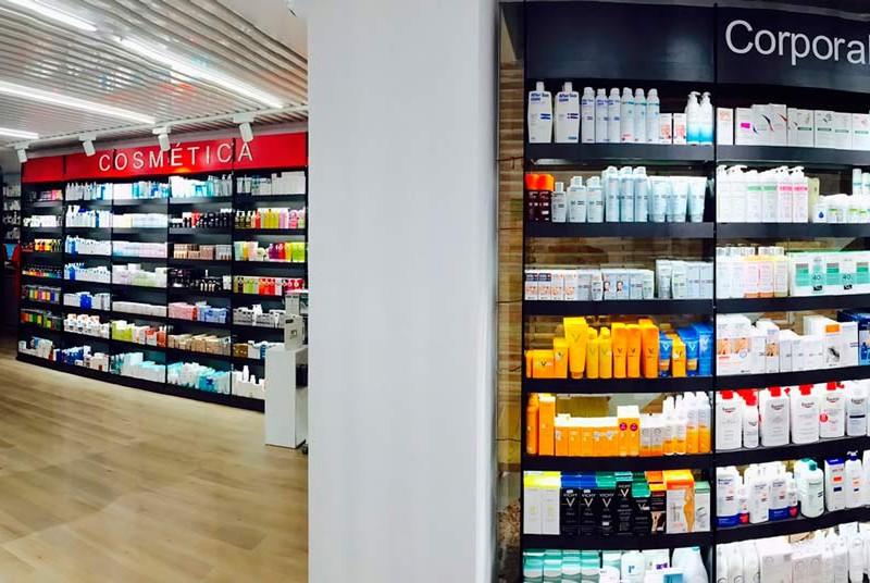 Panoramica interior del mobiliario de farmacia Mateu